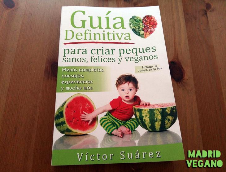"""""""Guía definitiva para criar peques sanos, felices y veganos"""" de Víctor Suárez"""