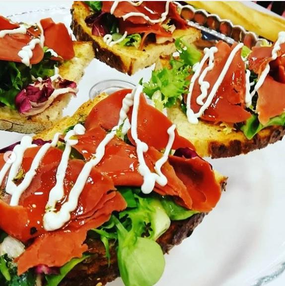 Zumos y comida vegana con Salutem Lux. Tosta